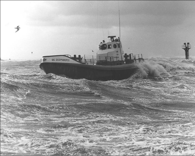 golven beuken tegen het schip