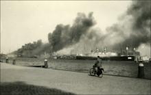 De brandende 'Statendam' vlak bij het HAL-kantoor