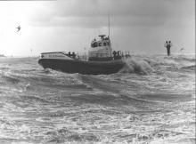de golven slaan tegen het schip